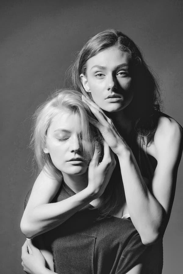 Abarcamiento elegante atractivo joven de dos muchachas foto de archivo