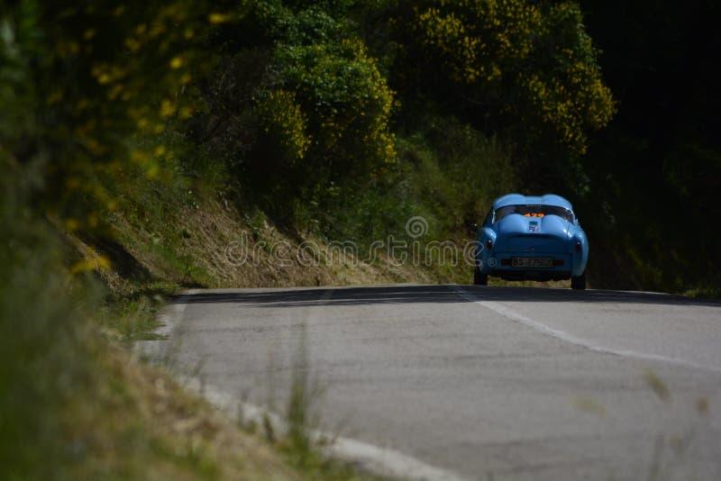 ABARTH FIAT 750 GT ZAGATO 1956 p? en gammal t?vlings- bil samlar in Mille Miglia 2018 det ber?mda italienska historiska loppet 19 royaltyfri fotografi