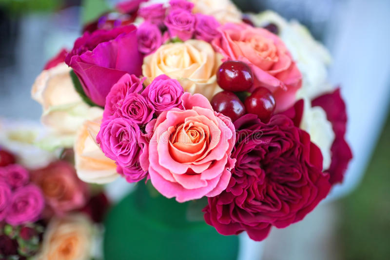 Abastecer (ramalhete de rosas bonitas com cerejas doces) imagem de stock