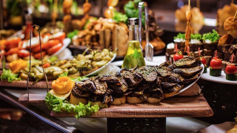 Abastecimiento culinario de la cena de la comida fría de la cocina que cena concepto del partido de la celebración de la comida foto de archivo libre de regalías