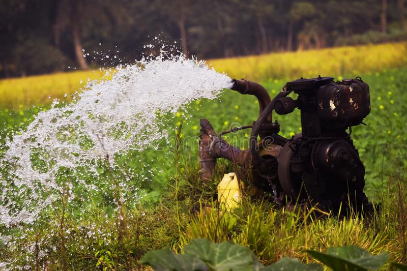 Abastecimiento de agua bajo de la granja de la máquina de la máquina del abastecimiento de agua fotografía de archivo