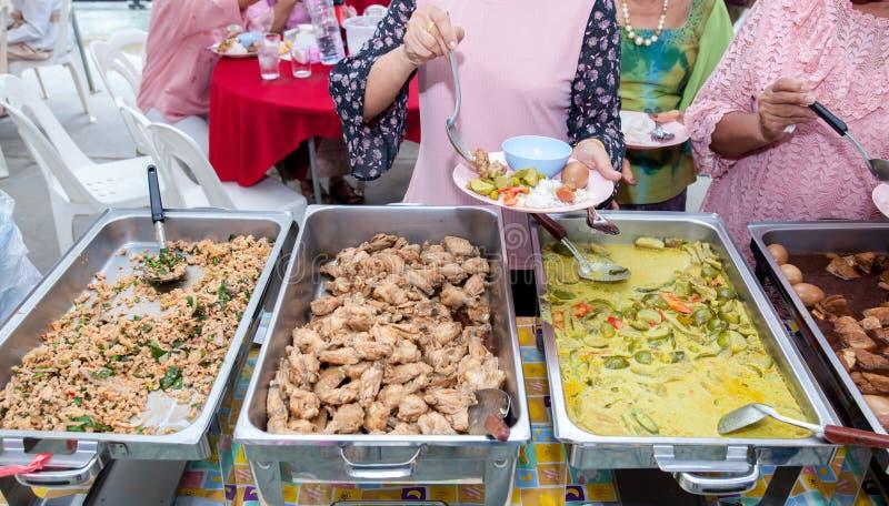 Abastecimiento de la comida fr?a de la comida que cena comiendo el partido que comparte concepto La gente agrupa la comida de aba imagen de archivo libre de regalías