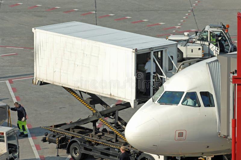 Abastecimiento en el aeropuerto imagen de archivo libre de regalías
