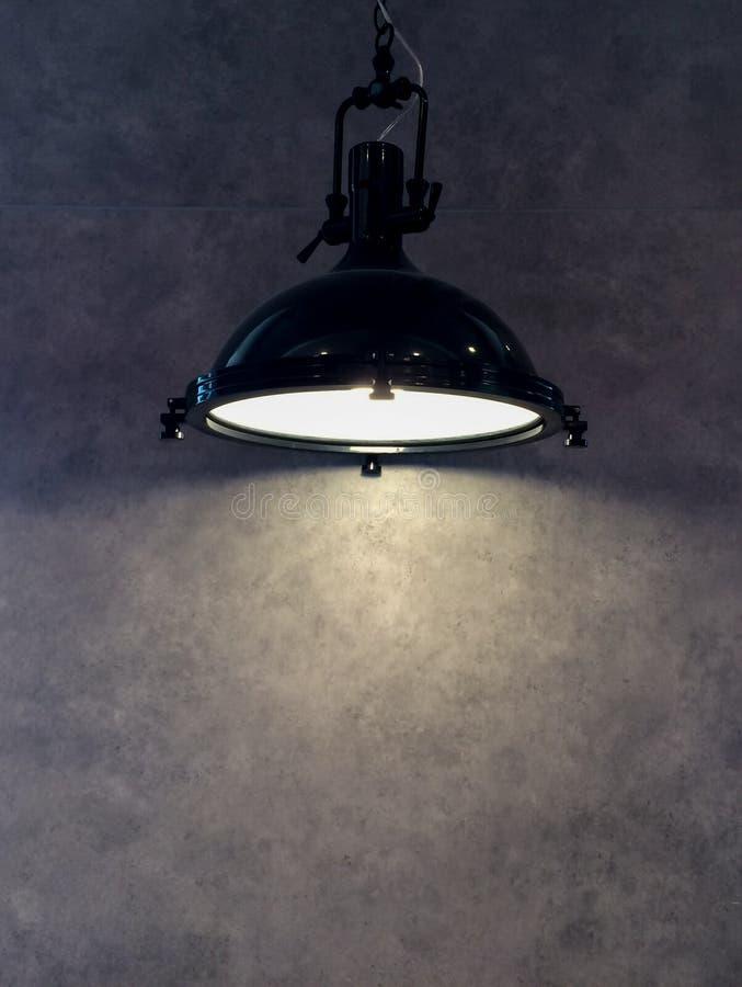 Abat-jour de la lampe noire moderne en métal accrochant sur Gray Wall Background avec Copyspace au texte d'entrée utilisé comme c photos libres de droits