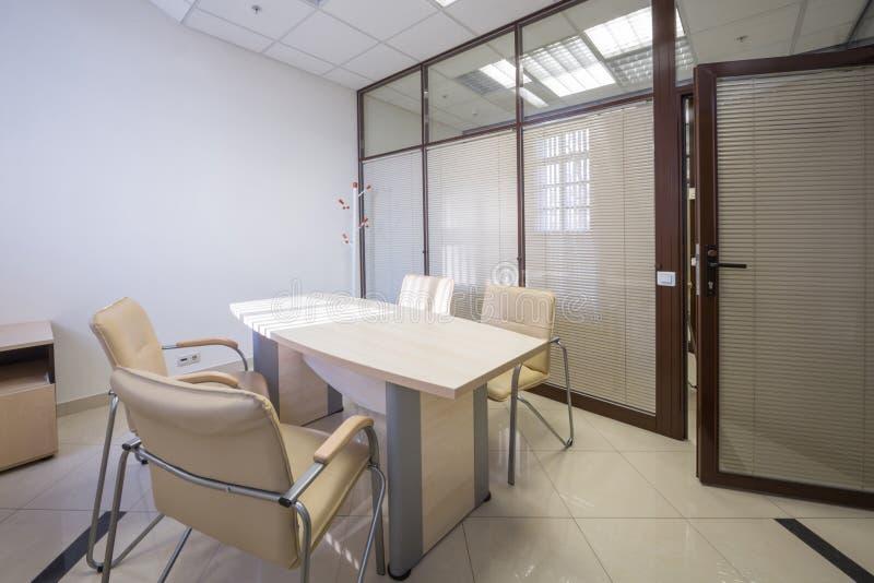 Abat-jour de lieu de réunion fermés avec une table image stock