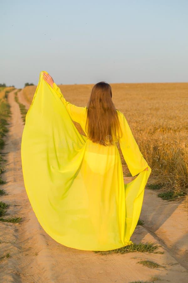 Abaya amarelo na mulher bonita imagens de stock royalty free