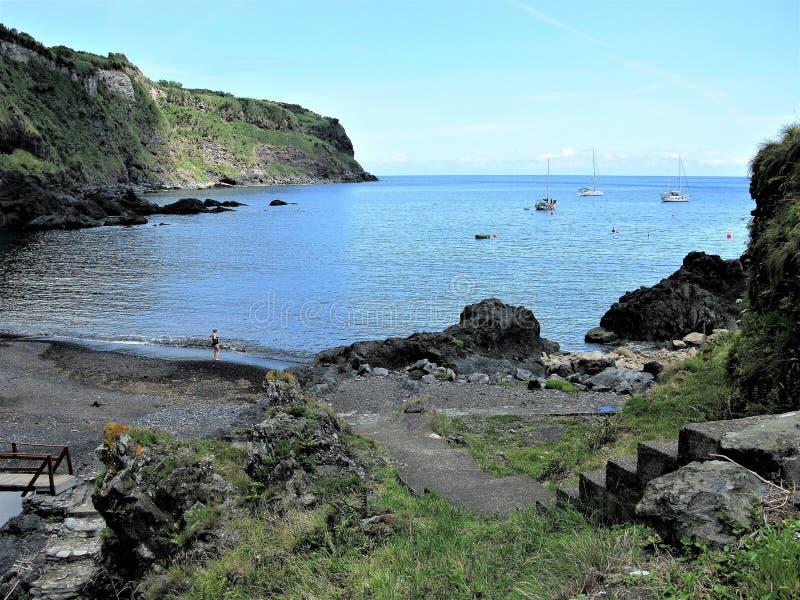 Abbai con una spiaggia vulcanica, l'isola del Flores, Azzorre fotografie stock libere da diritti