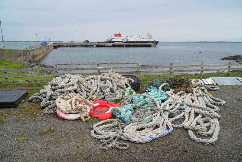 Abbandonato attraccando le corde al terminale di traghetto fotografie stock