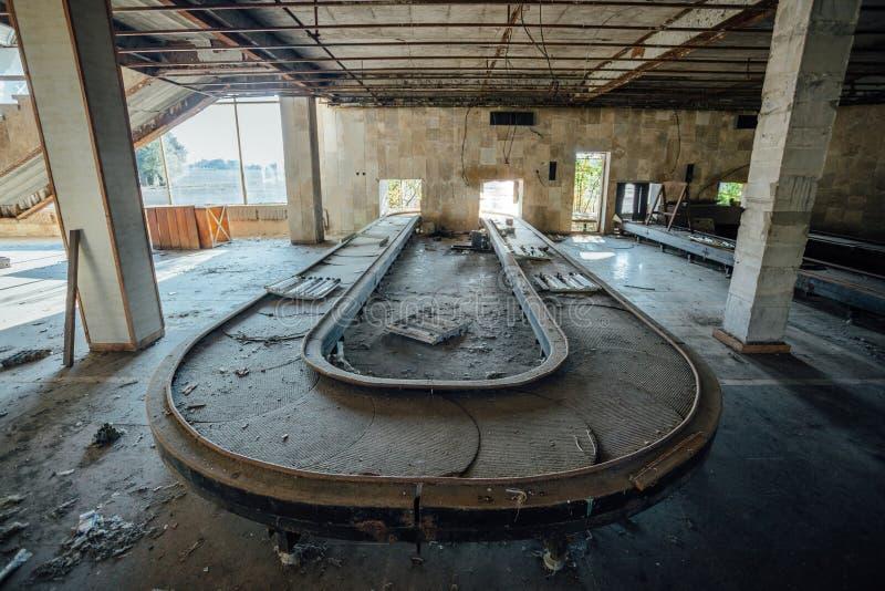 Abbandonato rovinato dal terminale di aeroporto internazionale di guerra in Sukhum, Abkhazia fotografia stock libera da diritti