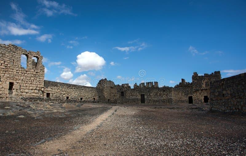Abbandoni Al Azraq di Qasr del castello in Giordania orientale sotto il chiaro blu s immagine stock