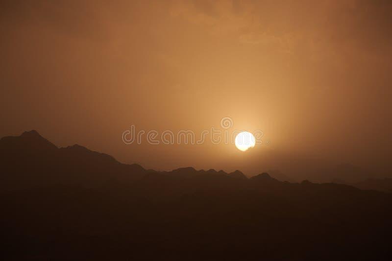 Abbandoni il paesaggio delle montagne del Sinai, con un tramonto fotografia stock libera da diritti