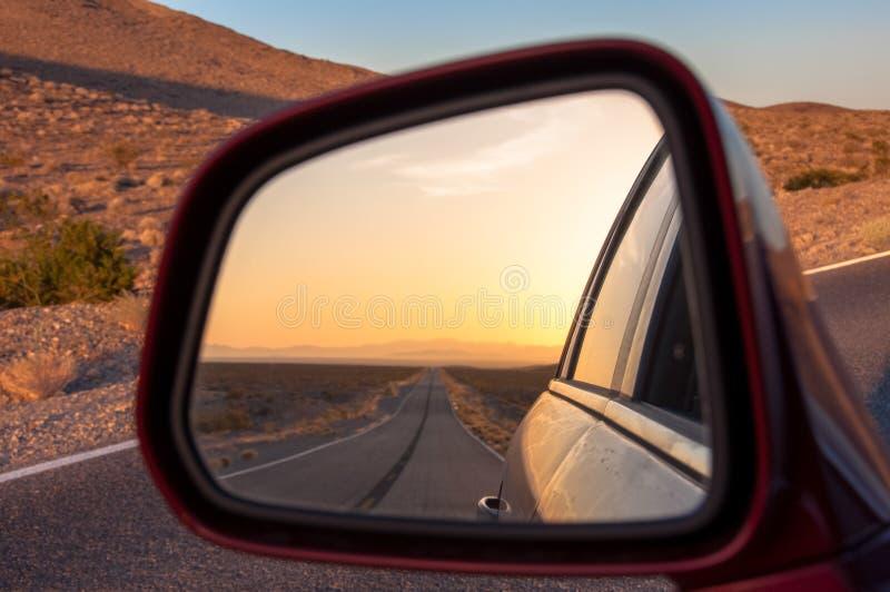 Abbandoni nella riflessione degli specchi di automobile, U.S.A. fotografie stock