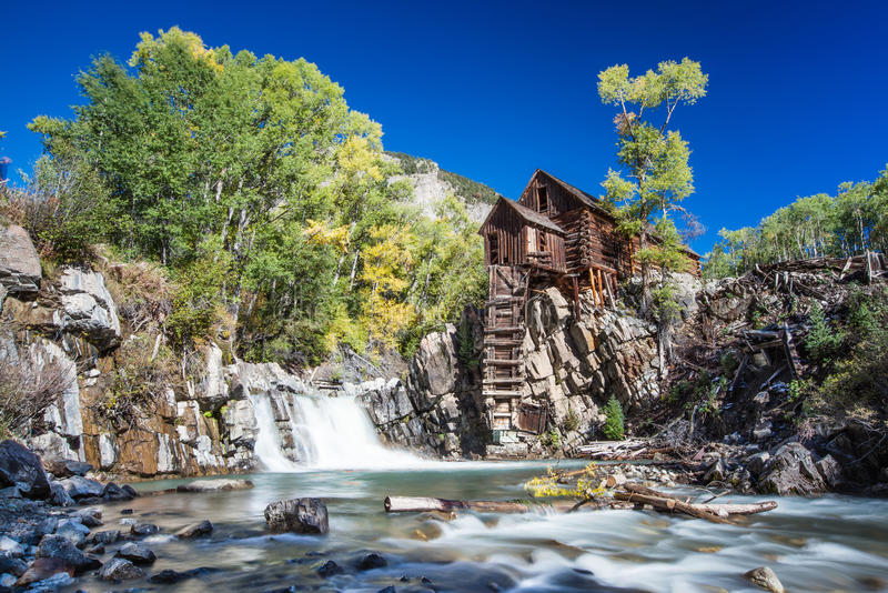 Abbandono Crystal Mill in montagna di Colorado fotografie stock