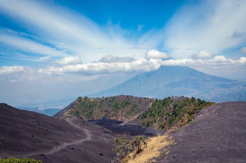 Abbassi il cratere di Volcan Pacaya nel Guatemala fotografie stock