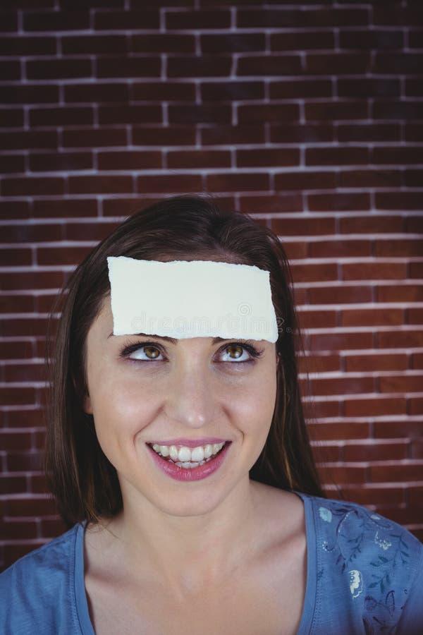 Abbastanza castana con carta sulla testa immagini stock