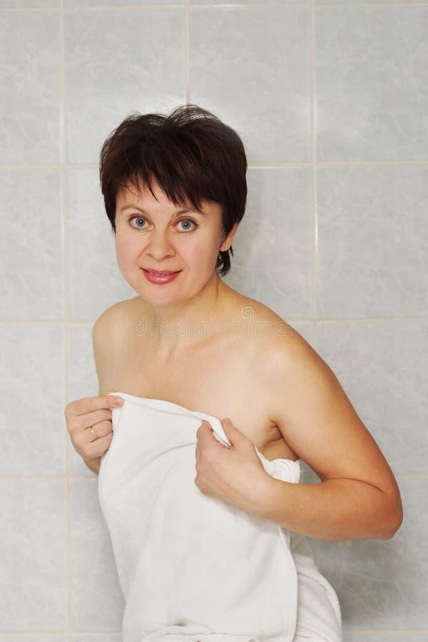 Abbastanza donna invecchiata mezzo in un bagno immagine stock