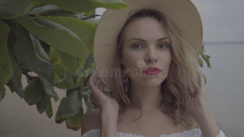 Abbastanza naturalmente guardare donna il giorno di estate con il cappello di paglia fotografia stock