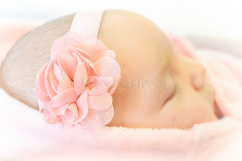 Abbastanza nel sonno rosa della ragazza di neonato fotografie stock