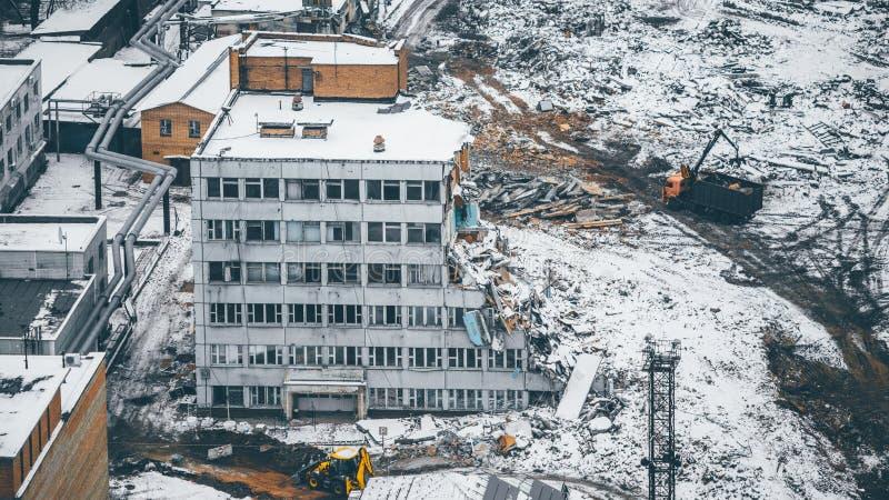 Abbau und Demolierung eines mehrstöckigen Hauses stockfotografie