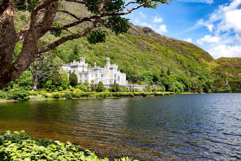 Abbaye de Kylemore en montagnes de Connemara avec le lac dans l'avant photos libres de droits
