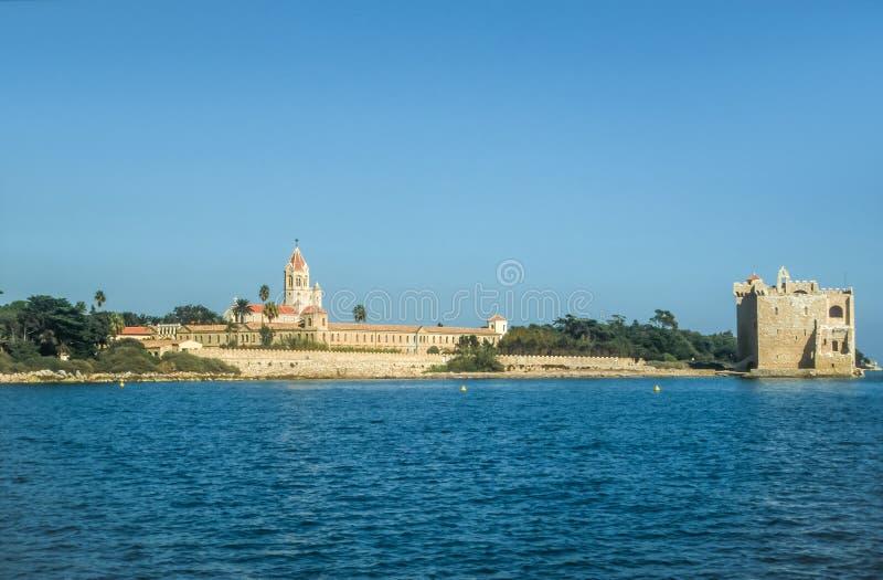 Abbaye et forteresse sur le saint Honorat d'Ile image stock