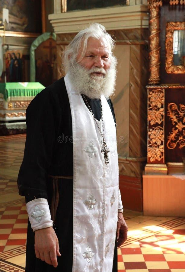 Abbe ortodosso nella chiesa immagine stock libera da diritti
