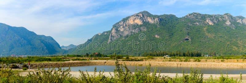 Abbellisca con i fiumi e le colline nel parco di Khao Sam Roi Yot National a sud del hin di hua in Tailandia fotografia stock