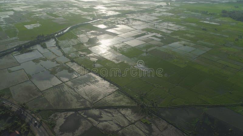 Abbellisca con il lago, le terre dell'azienda agricola e le montagne immagine stock
