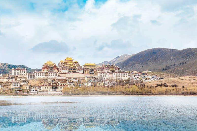 Abbellisca con il monastero ed il lago tibetani in porcellana jpg fotografia stock libera da diritti