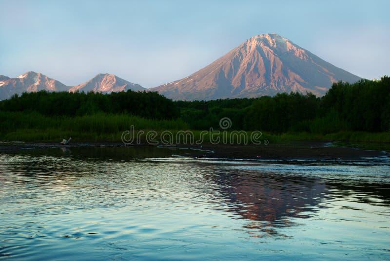Abbellisca con il vulcano e la sua riflessione sul lago immagine stock