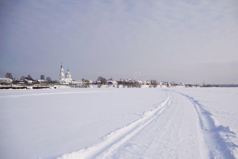 Abbellisca con l'inverno russo e la chiesa in Tver' fotografia stock libera da diritti