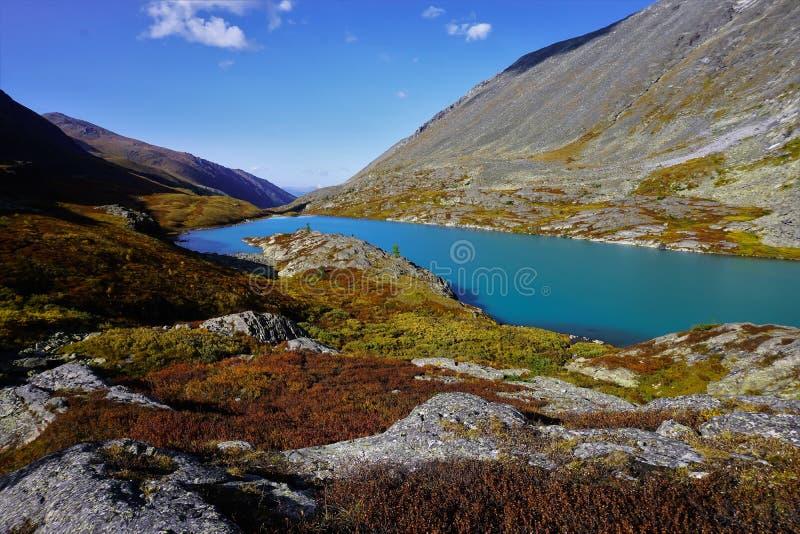 Abbellisca con un lago della montagna alla fine dell'estate fotografie stock libere da diritti