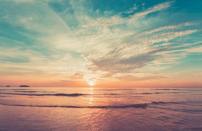 Abbellisca il cielo e l'oceano nel tempo del tramonto fotografie stock