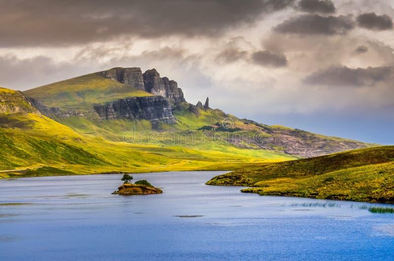 Abbellisca il punto di vista dell'uomo anziano di formazione rocciosa di Storr e del lago, Scot fotografia stock