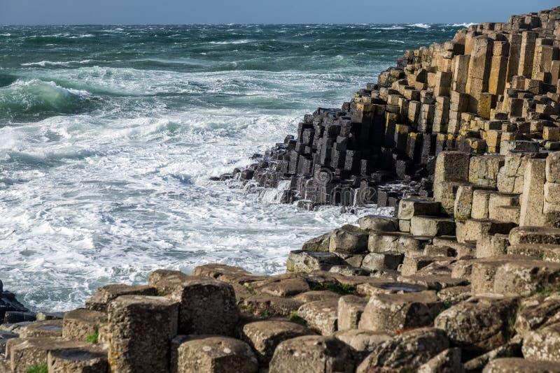Abbellisca intorno alla strada soprelevata gigante del ` s, Irlanda del Nord fotografie stock