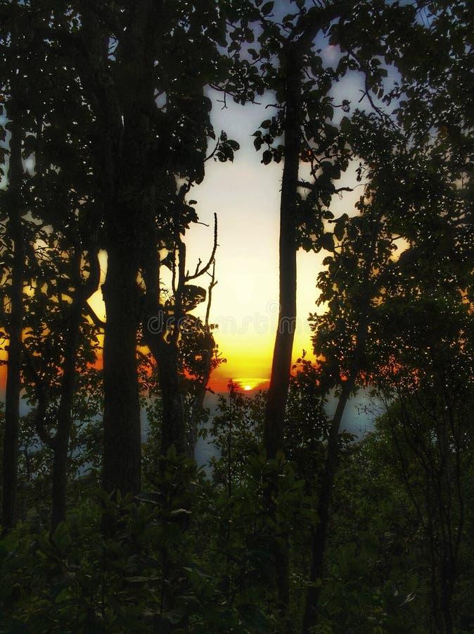 Abbellisca l'immagine del fondo del cielo blu e della montagna su tempo di sera immagine stock
