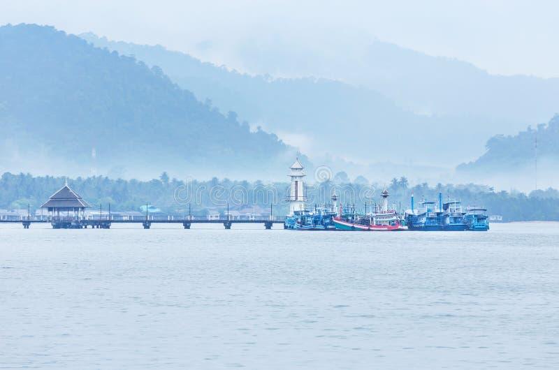 Abbellisca la vista del faro pubblico sul pilastro della baia di Salak Phet del paesino di pescatori di Salak Phet a Koh Chang Is immagine stock libera da diritti