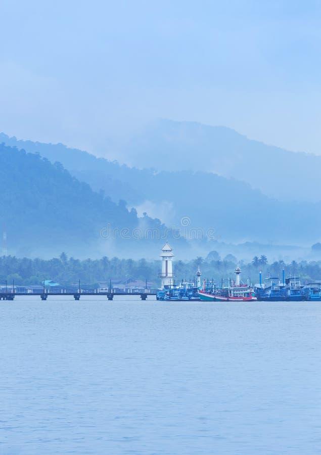 Abbellisca la vista del faro pubblico sul pilastro della baia di Salak Phet del paesino di pescatori di Salak Phet a Koh Chang Is fotografia stock libera da diritti