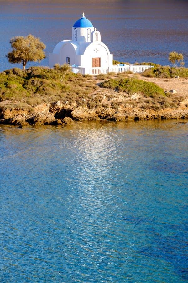 Abbellisca la vista della chiesa bianca alla spiaggia mediterranea, Amorgos fotografia stock libera da diritti