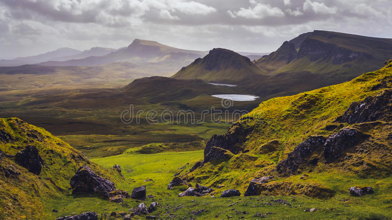 Abbellisca la vista delle montagne di Quiraing sull'isola di Skye, altopiani scozzesi immagine stock