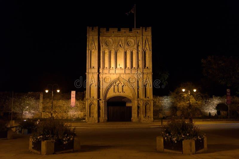 Abbey Gate på natten begraver in St Edmunds fotografering för bildbyråer