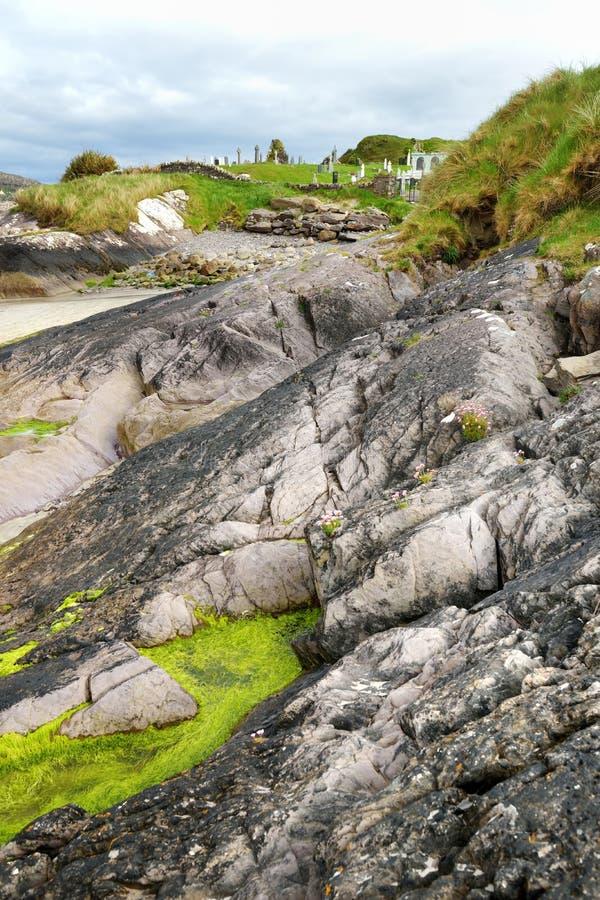 Abbey Island, el remiendo de la tierra en el parque histórico de Derrynane, famosos por las ruinas de la abadía y del cementery d imágenes de archivo libres de regalías