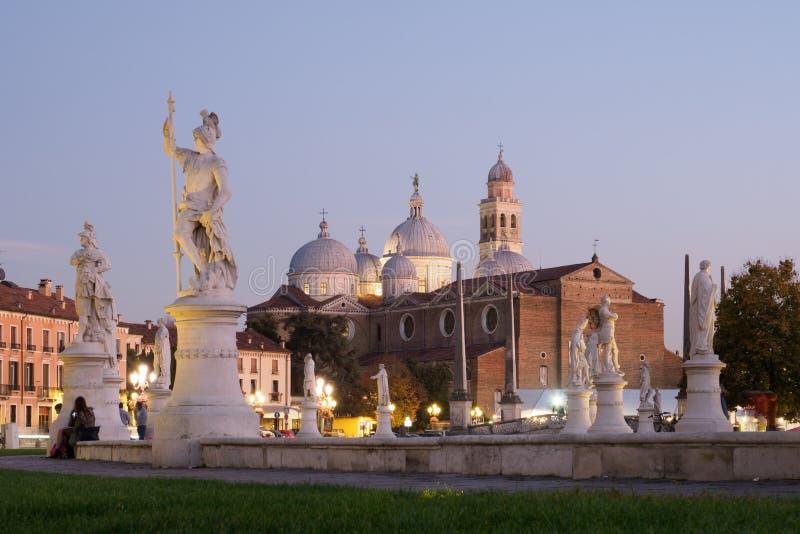Abbey Santa Giustina i Padova på natten royaltyfria bilder
