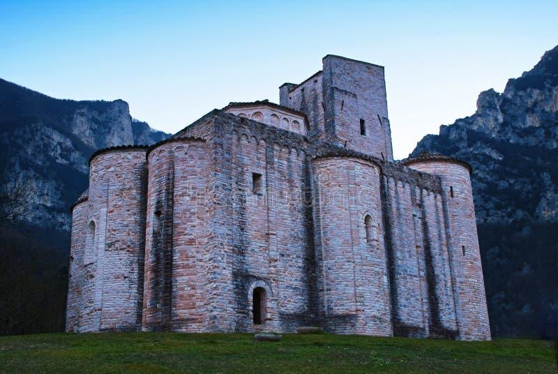 Abbey van de grotten van San Vittore in de buurt van Frasassi Genga, Italië stock foto's