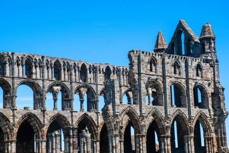 abbeyen fördärvar whitby royaltyfri foto