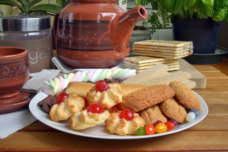 Abbia prima colazione a casa con tè ed i biscotti immagine stock libera da diritti