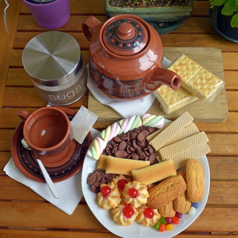 Abbia prima colazione a casa con tè ed i biscotti fotografie stock libere da diritti