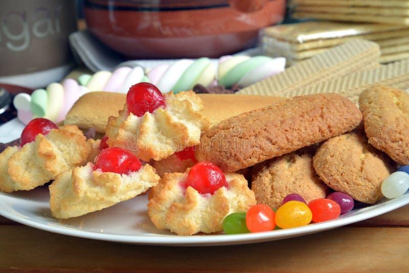 Abbia prima colazione a casa con tè ed i biscotti fotografia stock