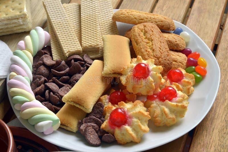 Abbia prima colazione a casa con tè ed i biscotti fotografia stock libera da diritti