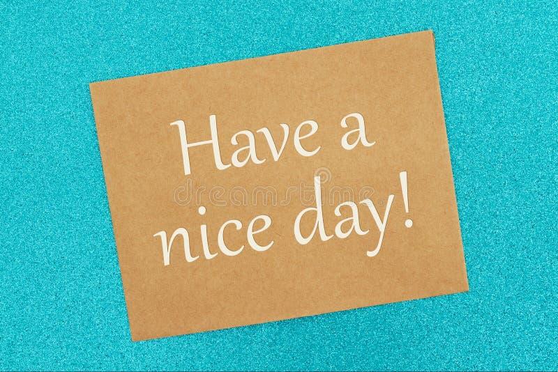 Abbia un messaggio del giorno piacevole su una cartolina d'auguri marrone immagine stock